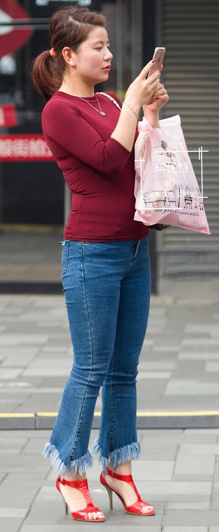 江山美色:街拍皮裤很紧身,勾勒出美女流畅修长的美腿,十分动人。