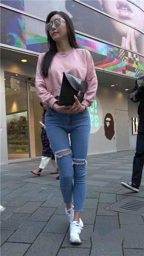 牛仔裤能够很好的拉升腿部的长度并给人带来酷酷的时尚女人感觉