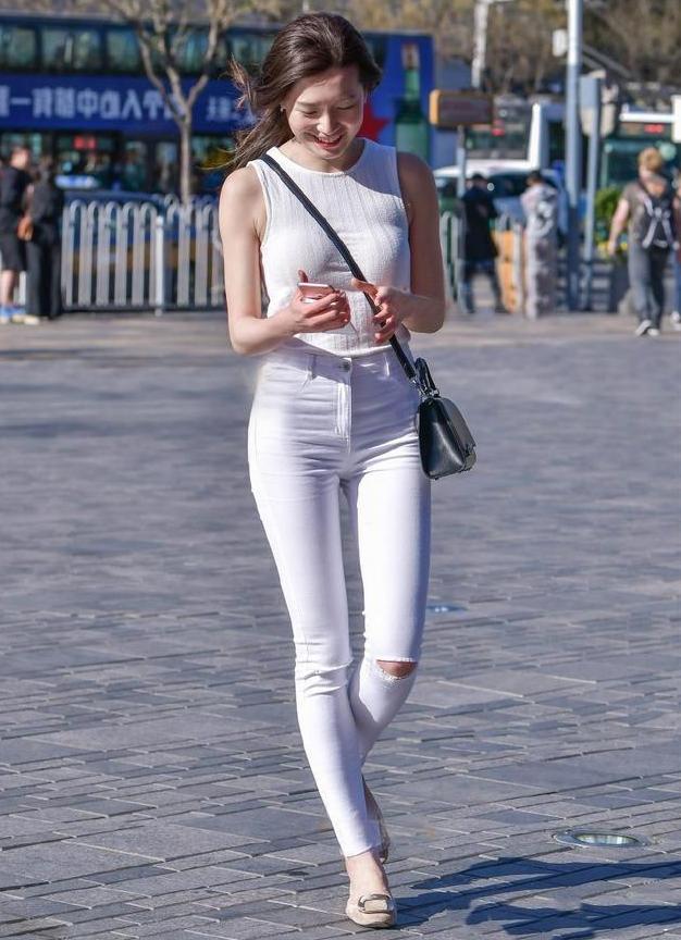 紧身牛仔裤的装扮又时尚又有韩范,穿起来增高显瘦