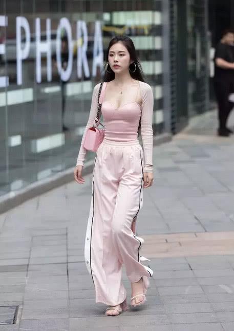 性感小姐姐低胸装搭配阔腿裤,时尚潮流的穿搭,尽显成熟女人味