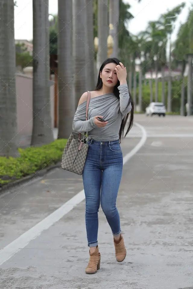 """""""大胯""""的牛仔裤美女,凹凸身材""""引爆""""整个街头!"""